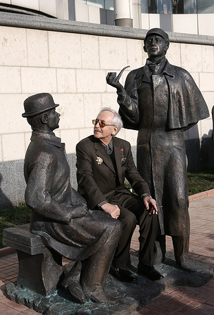 Василий Ливанов на открытии памятника Шерлоку Холмсу и доктору Ватсону перед зданием британского посольства на Смоленской набережной, 2007 год