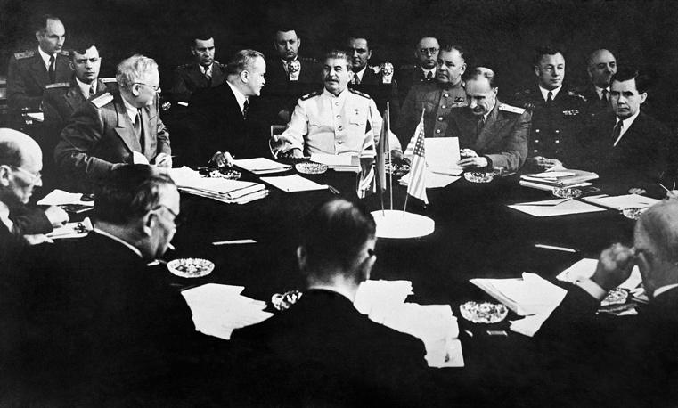 Руководители трех крупнейших держав антигитлеровской коалиции за столом переговоров во время Потсдамской конференции во дворце Цецилиенхоф, 1945 год