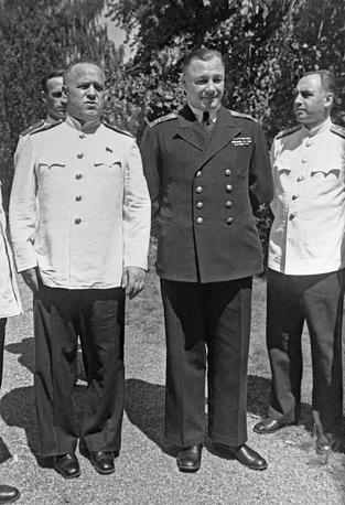 Маршал Советского Союза Георгий Жуков, адмирал Николай Кузнецов и генерал армии Алексей Антонов в перерыве работы Потсдамской конференции, 1945 год