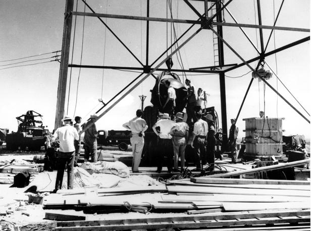 Ученые и рабочие США устанавливают на испытательном полигоне первую в мире атомную бомбу, 1946 г.