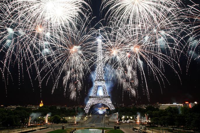 14 июля в Париже прошел масштабный военный парад по случаю главного национального праздника республики, установленного в память о событиях Великой французской революции. В торжествах были задействованы 3,5 тыс. человек, 55 самолетов, 31 вертолет и 208 единиц моторизованной техники. Кульминацией празднеств стал красочный салют, который прогремел над Эйфелевой башней