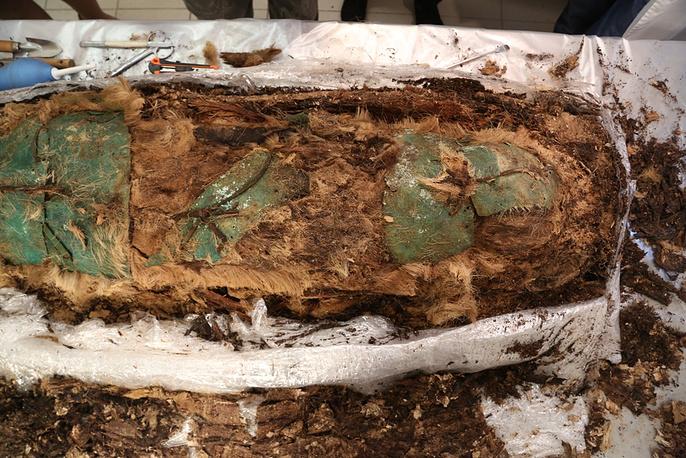 Мумифицированные останки со слоем металлических пластин