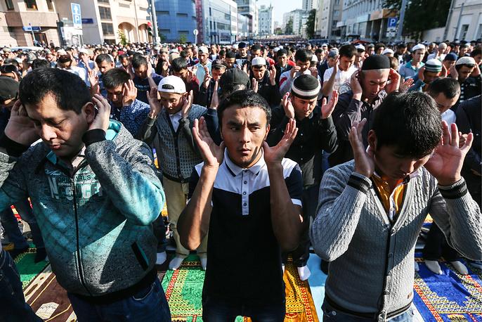 17 июля мусульмане отметили окончание священного месяца рамадан. В Москве в мероприятиях по случаю праздника разговения Ураза-байрам приняли участие около 160 тыс. человек. На фото: мусульмане у Соборной мечети в Москве
