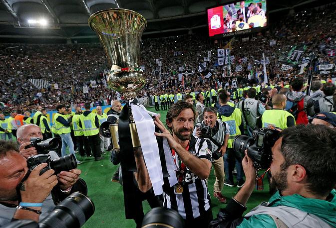 Андреа Пирло с трофеем после победы в Кубке Италии