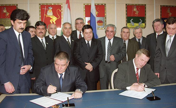 Селезнев (справа) и председатель палаты представителей маджлиса (парламента) Таджикистана Сайдулло Хайруллаев подписывают соглашение о межпарламентском сотрудничестве, 2003 год