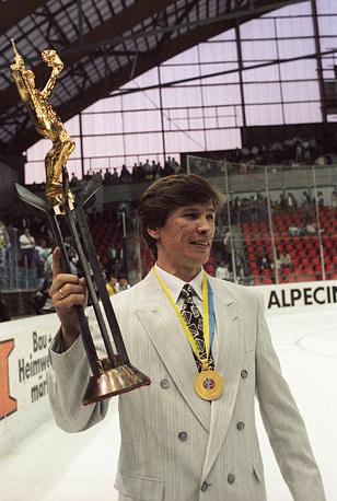В качестве игрока Быков пять раз становился победителем мировых первенств. На фото: с трофеем на чемпионате мира