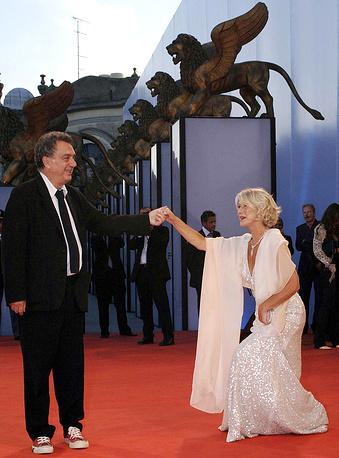"""Хелен Миррен с режисером Стивеном Фрирзом на премьере фильма  """"Королева"""" на кинофестивале в Венеции, 2006 год"""