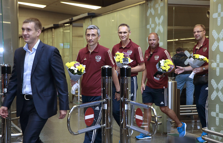 Старший тренер юношеской сборной России по футболу Дмитрий Хомуха (второй слева) и тренер Николай Кочешкво (в центре)