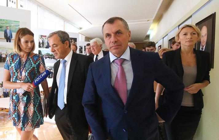 Тьерри Мариани (слева) и Владимир Константинов (в центре) во время встречи в Госсовете Крыма