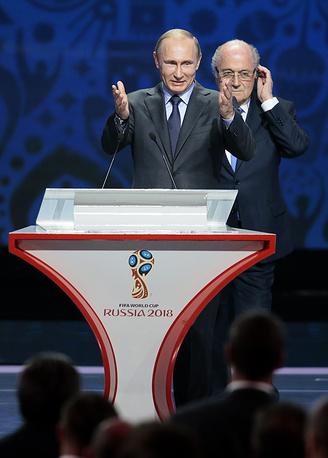 Президент РФ Владимир Путин заверил, что Россия сделает все для обеспечения безопасности на чемпионате мира-2018, а все планы по подготовке к турниру будут выполнены. На фото: Путин и Блаттер во время церемонии предварительной жеребьевки чемпионата мира по футболу 2018 в Константиновском дворце
