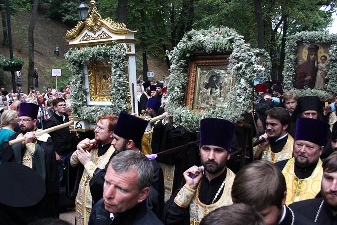Верующие во время молебна на Владимирской горке по случаю 1000-летия преставления святого равноапостольного великого князя Владимира