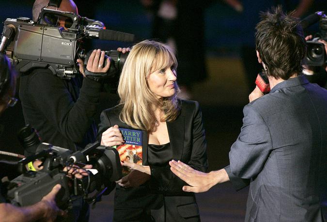 """Джоан Роулинг в окружении телекамер прибывает в Эдинбургский замок на презентацию шестой книги о Гарри Поттере - """"Гарри Поттер и Принц-полукровка"""", Шотландия, 2005 год"""