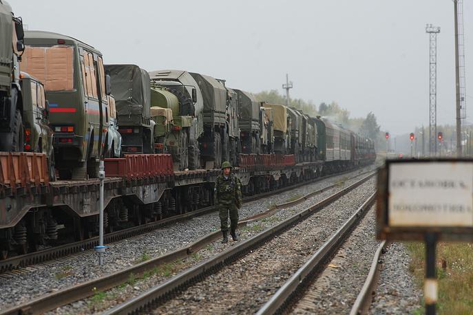 Железнодорожные войска занимаются перевозкой людей и военной техники, строительством, восстановлением и защитой объектов железнодорожных путей на театрах военных действий