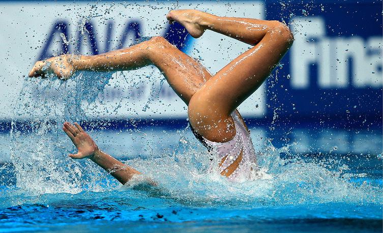 Российская спортсменка Дарина Валитова во время выступления с произвольной программой в паре с Александром Мальцевым в финале соревнований по синхронному плаванию среди смешанных дуэтов, 30 июля