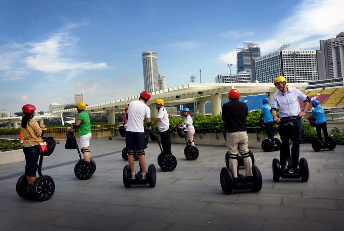 Популярным видом транспорта у туристов в Сингапуре являются сигвеи. На фото: набережная Marina Bay Sands