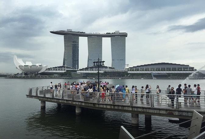 Одна из визитных карточек Сингапура – уникальный пятизвездочный гостиничный комплекс Marina Bay Sands, состоящий из трех 55-этажных башен. На их крышах расположена площадка SkyPark в виде корабля, на которой, в том числе, есть 150-метровый бассейн