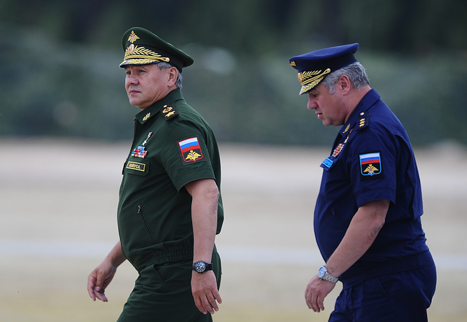 Министр обороны РФ Сергей Шойгу и главнокомандующий Воздушно-космических сил (ВКС) Виктор Бондарев