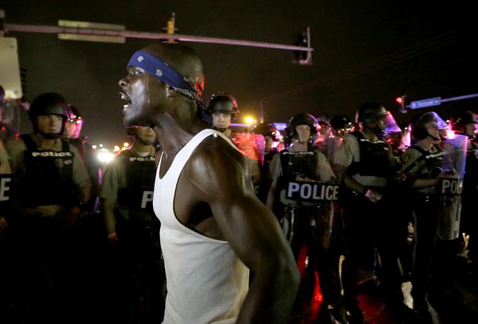 Как сообщила телекомпания СNN, несколько человек вышли на проезжую часть и остановили движение, однако полиция вмешалась немедленно и задержала около десятка протестующих