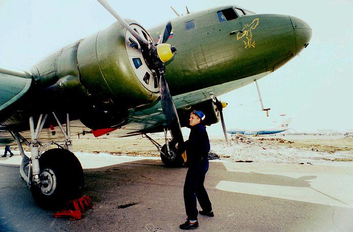 Первыми действительно массовыми пассажирскими самолетами стали ПС-84 и Ли-2 - лицензионные копии американского Douglas DC-3, которые могли взять на борт уже 21 пассажира. На фото: самолет Ли-2