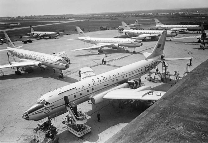 """В 1950-е годы началась эра реактивных авиалайнеров. В середине 1950-х """"Аэрофлот"""" начал выполнять пассажирские рейсы на реактивных самолетах Ту-104.  На фото: механики готовят самолеты Ту-104 к полету на аэродроме Внуково, 1958 год"""