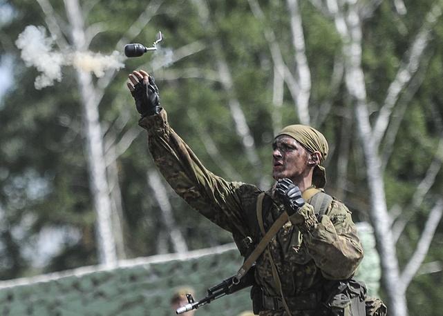 Белорусский разведчик во время метания ручной гранаты