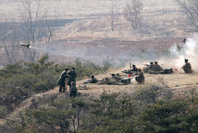 Официальных данных о потерях в Корейской войне нет. Однако, по подсчетам историков в ней погибли около 970 тыс. человек со стороны Южной Кореи, 1,7 млн северокорейцев, 150 тыс. военнослужащих войск ООН, в основном американцев, а также 900 тыс. так называемых китайских добровольцев. На фото: учения северокорейской армии, 2013 год