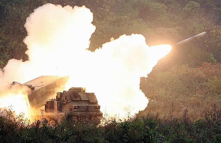 22 мая Комитет начальников штабов ВС РК сообщил, что из орудий северокорейской береговой артиллерии был произведен выстрел в направлении южнокорейского патрульного катера, который находился в водах Желтого моря вблизи южнокорейского приграничного острова Ёнпхёндо. Войска РК осуществили ответный залп. На фото: военные учения к северу от Сеула, Южная Корея, 2006 год