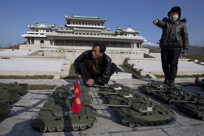 Самая крупная городская площадь города названа в честь Ким Ир Сена. На ней расположен Кымсусанский мемориальный дворец (здесь находится мавзолей Ким Ир Сена), Монумент объединения Кореи, Дворец школьников. На фото: северокорейские рабочие на площади Ким Ир Сена