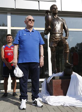 Футболист Виктор Понедельник на церемонии открытия своего памятника