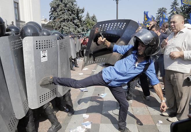 По некоторым данным, в ходе беспорядков были ранены около 100 правоохранителей
