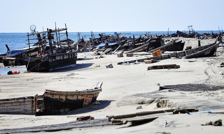 Кладбище северокорейских браконьерских кораблей на побережье 17-км песчаной косы полуострова Островок Фальшивый