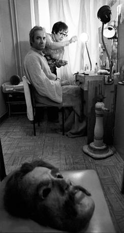 Валентин Гафт в гриме перед началом спектакля, 1979 год
