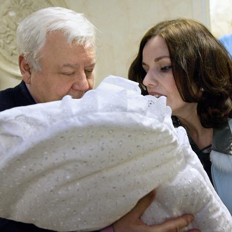 Олег Табаков и Марина Зудина с новорожденной дочерью Марией, 2006 год