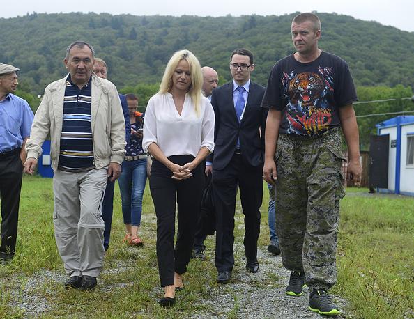 Памела Андерсон во время посещения реабилитационного центра в поселке Алексеевка, куда отвезли зверей из затопленного зоопарка в Уссурийске