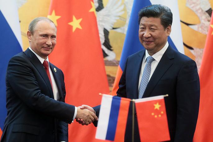 Президент РФ Владимир Путин и председатель КНР Си Цзиньпин во время встречи в Доме народных собраний