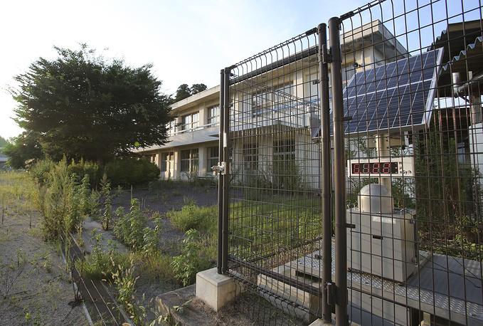 На территории школы установлен дозиметр для измерения радиации. Школа будет закрыта еще два года, поэтому семьи с детьми пока не могут вернуться домой