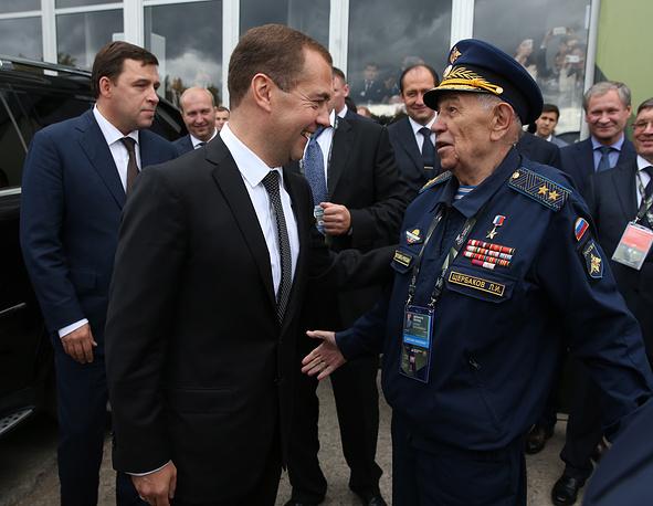 Дмитрий Медведев во время осмотра экспозиции оружейного салона успел побеседовать с участниками выставки