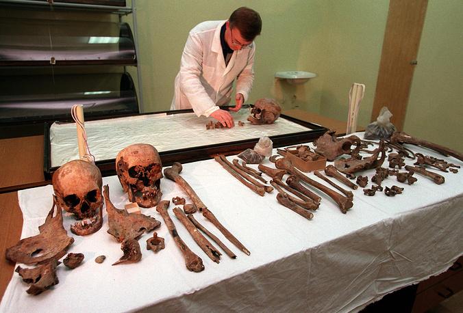 Руководитель группы ученых Алексей Никитин в центральной лаборатории судебной экспертизы в Екатеринбурге исследует останки семьи Романовых, 1998 год