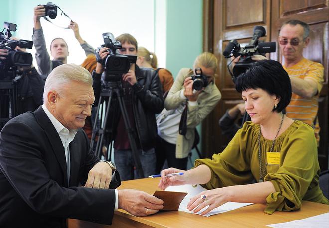 Губернатор Рязанской области Олег Ковалев во время голосования на избирательном участке №1023