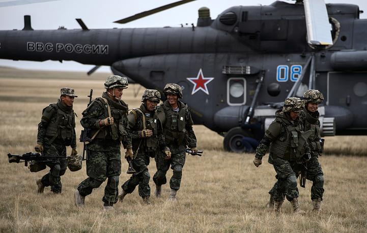 Загрузка тактического десанта в вертолеты Ми-8