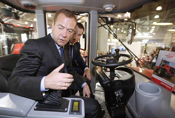 Премьер-министр РФ Дмитрий Медведев (на первом плане) во время осмотра экспозиции