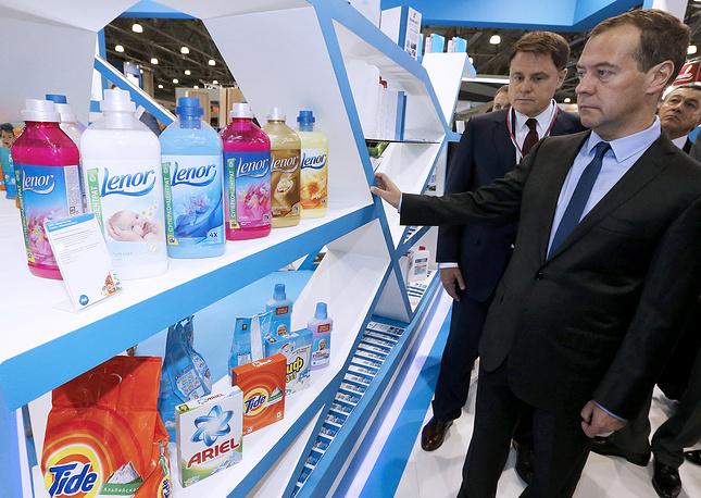 Премьер-министр РФ Дмитрий Медведев и губернатор Тульской области Владимир Груздев (справа налево)