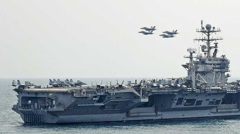 """Американский авианосец """"Авраам Линкольн"""". Пятый корабль типа """"Нимиц"""". Назван в честь 16-го президента США Авраама Линкольна. После снятия ограничений на службу женщин в американской армии 28 апреля 1993 года """"Авраам Линкольн"""" стал первым авианосцем, на котором появились военнослужащие женского пола. В 2003 году """"Авраам Линкольн"""" принимал участие в войне в Ираке. С борта авианосца совершено более 16 500 боевых вылетов, было использовано более 700 тонн боеприпасов"""
