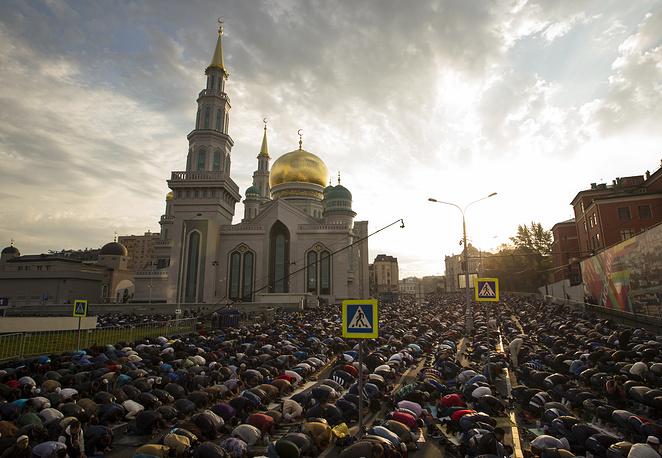 Праздничный намаз совершили в четверг десятки тысяч верующих в мечетях Москвы. На фото: Соборная мечеть в Москве