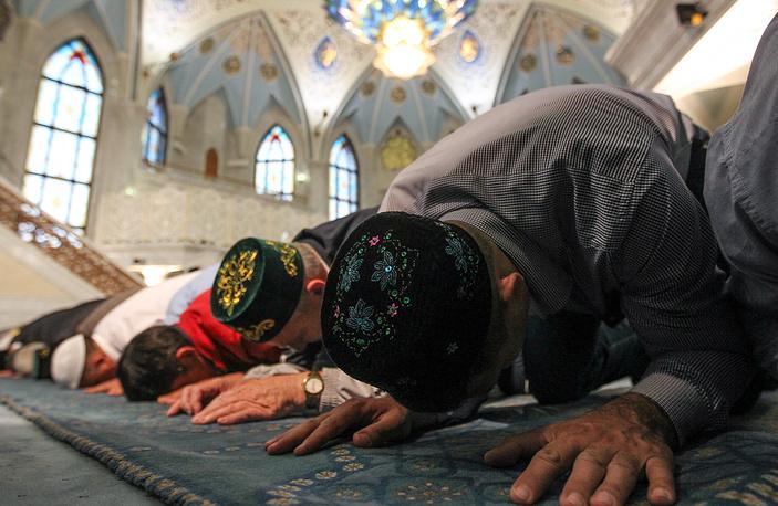 Мусульмане молятся в мечети Кул-Шариф в день праздника жертвоприношения Курбан-байрам в Казани, 24 сентября