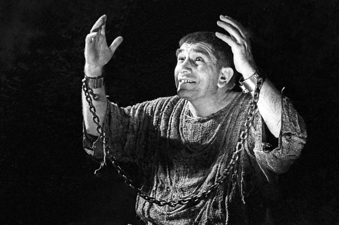 """Армен Джигарханян в роли Сократа в спектакле """"Беседы с Сократом"""" в постановке Театра имени Маяковского, 1975 год"""