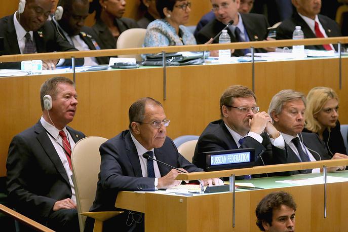 Глава МИД РФ Сергей Лавров (второй слева)