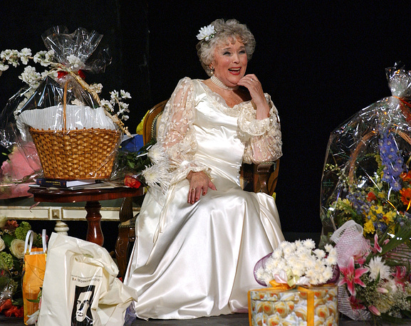 Вера Васильева во время праздничного вечера в честь ее 80-летия в Театре сатиры, 2005 год