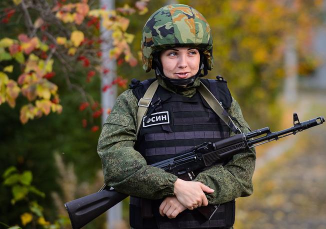 Боец группы быстрого реагирования Нижнетагильской женской колонии № 6 во время занятия по освобождению заложников и захвату нарушителей режима
