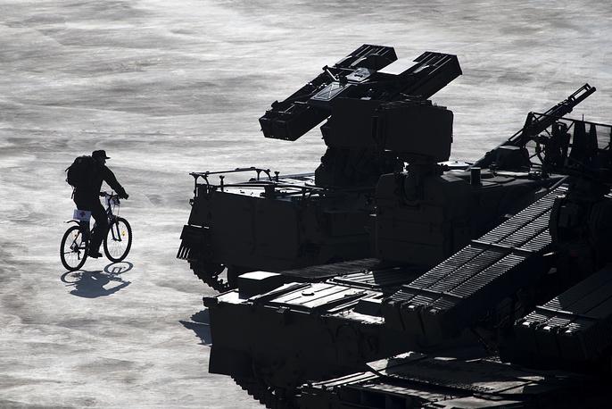 """Российский военнослужащий возле нового зенитного ракетного комплекса 9A34A """"Гюрза"""""""